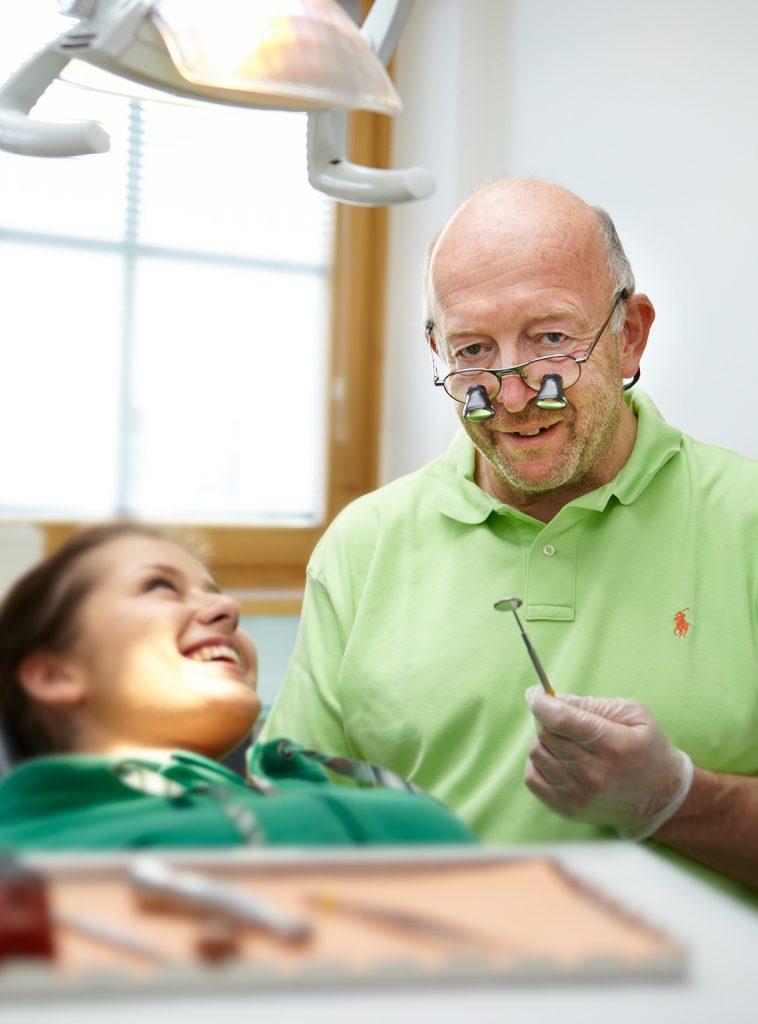 Zahnarzt Dr Helmut Vockner mit Patientin